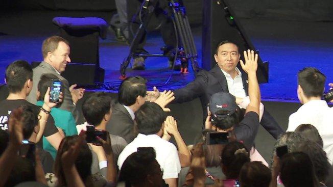 華裔民主黨總統參選人楊安澤8日在南加州參加由亞太裔社區協會(AAPI)舉辦的民主黨總統論壇。(KTLA)