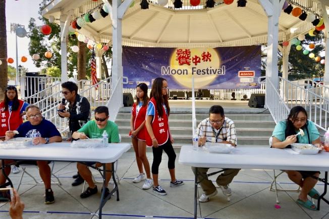 大胃王水餃PK大賽,四名參加決賽的選手火力全開,展現大胃王的氣勢。(記者王若然/攝影)