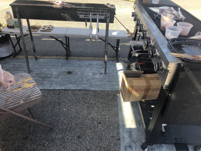 食品攤位特別維護地面清潔。(記者王若然/攝影)