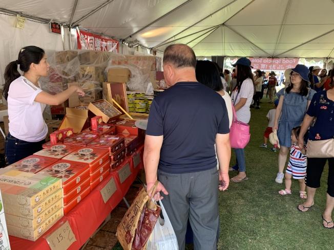 食品特賣區兩日活動人氣旺。(記者高梓原/攝影)
