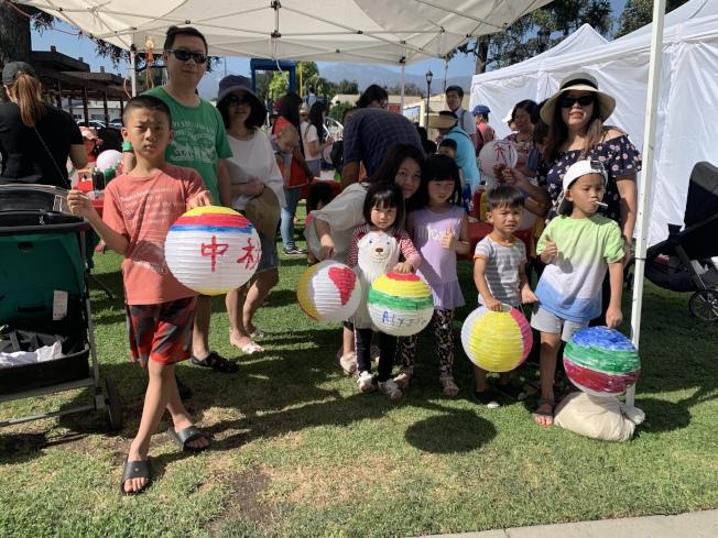 華人家長帶著孩子參與「親子彩繪燈籠」活動,盛讚寓教於樂活動增加華人下一代族裔認同感。(記者高梓原/攝影)