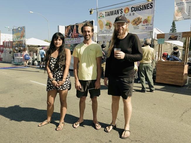 Max(右起)、Matt和Jessica三人愛吃臭豆腐還想嘗烤魷魚。(記者高梓原/攝影)