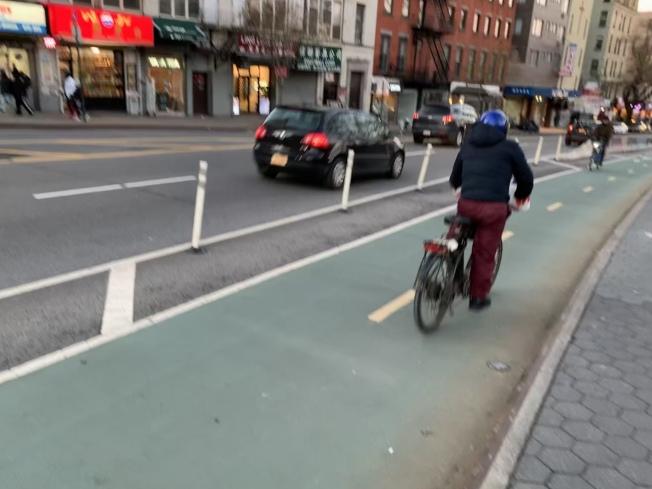 庫楚佛表示,目前受保護單車道的可彎折隔檔只能對司機有所警示,起不到保護安全的作用。(記者和釗宇/攝影)