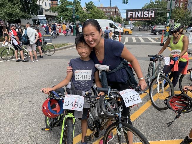 黃家玲帶九歲的兒子陳子雄,參加適合家庭休閒的15哩騎行路線。(記者和釗宇/攝影)