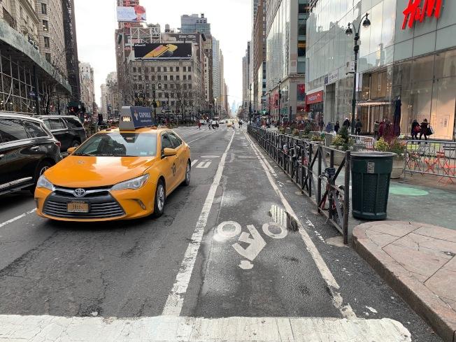 目前紐約市還有很多單車道未受隔檔保護。(記者和釗宇/攝影)