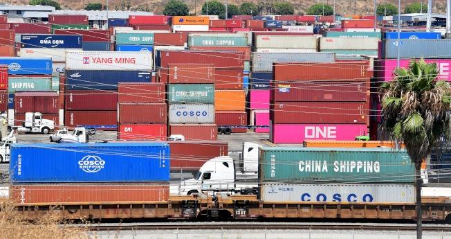 中國最新發布的8月進出口數字顯示美國增加關稅壓力,對中國進出口造成巨大影響。圖為今年8月中國港口的貨櫃裝卸。(Getty Images)