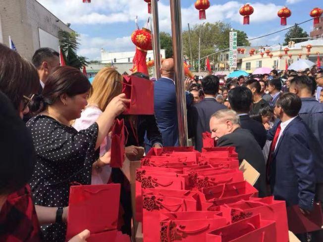 主办方派发5000份月饼礼包给社区民众。(记者黄伊奕/摄影)