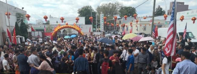 近万名民众在现场排队领取月饼。(记者黄伊奕/摄影)