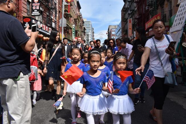 花灯游行由30名精灵舞蹈学校的小朋友们带头走在队伍前面,挥舞著中、美两国国旗。(记者颜嘉莹/摄影)