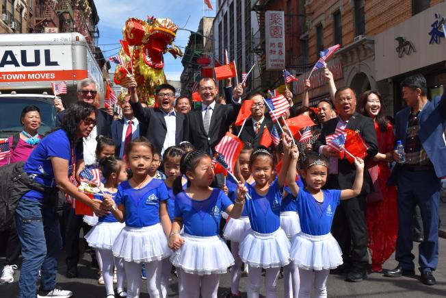 花灯游行中由30名精灵舞蹈学校的小朋友们带头走在队伍前面,挥舞著中、美两国国旗。(记者颜嘉莹/摄影)