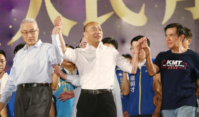 前總統馬英九(右)與國民黨主席吳敦義(左)8日前往韓國瑜(中)三重造勢晚會站台。(記者曾原信/攝影)