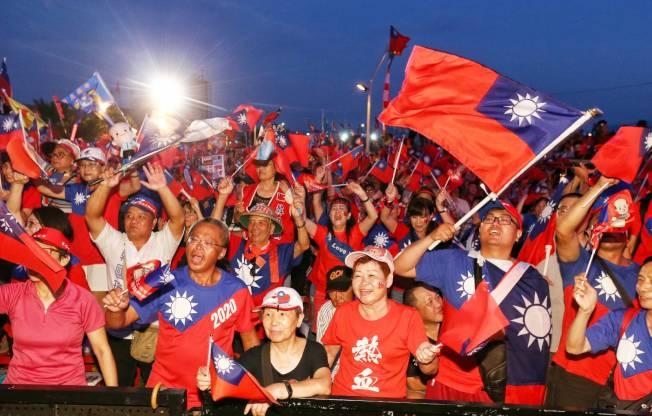 國民黨總統參選人韓國瑜8日晚造勢晚會,大批韓粉揮舞國旗力挺。(記者曾原信/攝影)
