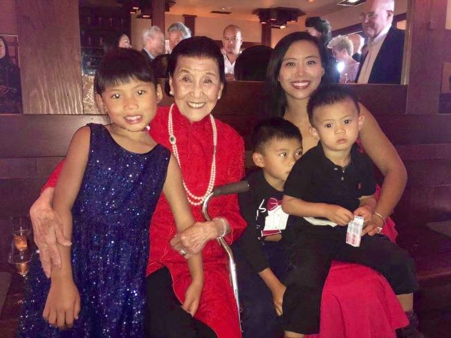 江孫芸(左二)與孫女Marisa(右),以及三名曾孫子和曾孫女。(記者李晗 / 攝影)
