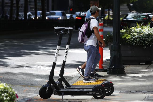 包括電動滑板車在內的微型交通工具,被視為提高城市人口移動效率的潛在解決方案。(美聯社)