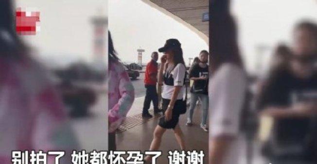 趙薇日前現身機場遭誤傳有孕。圖/摘自微博