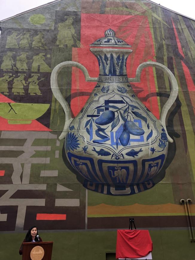 加拿大藝術家永財(Bryan Beyung)創作的波士頓華埠全新壁畫古瓶記揭幕。圖為來自塔夫茲醫學中心的曾雪清主持活動。(記者劉晨懿之/攝影)