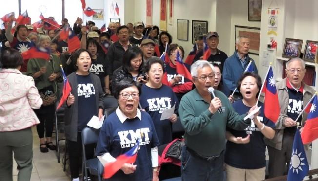 中國國民黨波士頓分部「美國大波士頓韓國瑜後援會」成立大會與會者士氣高昂地揮舞國旗,高唱愛國歌曲。(記者薛劍童/攝影)