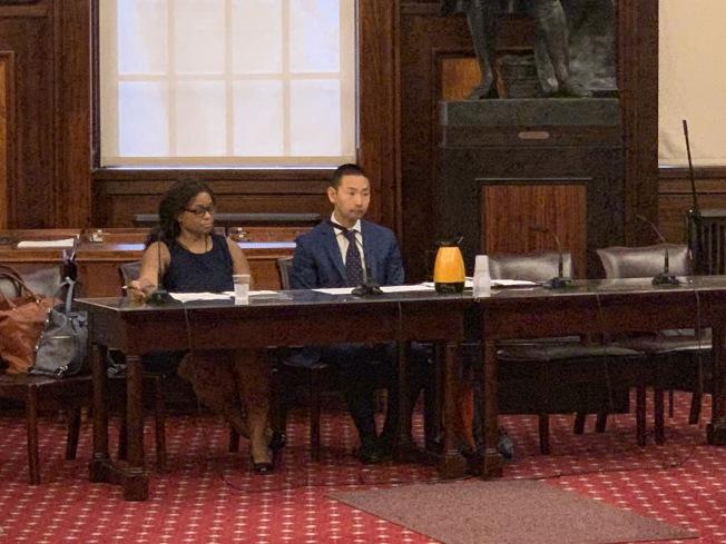 吳溫福瑞(右)表示,衛生局將盡力配合市議會落實相關規定。(記者和釗宇╱攝影)
