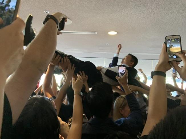 楊安澤被追隨者高高舉起。(「楊幫」粉絲提供)