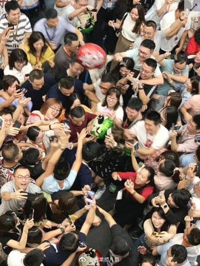 馬雲退休前一天回到浙江杭州濱江園區看望老同事,受到眾人歡迎包圍。(取材自微博)