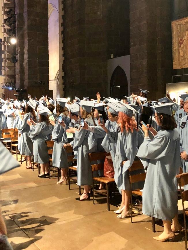 哥倫比亞大學畢業禮,女同學人手一機拍下人生珍貴場面。(校友周蕊提供)