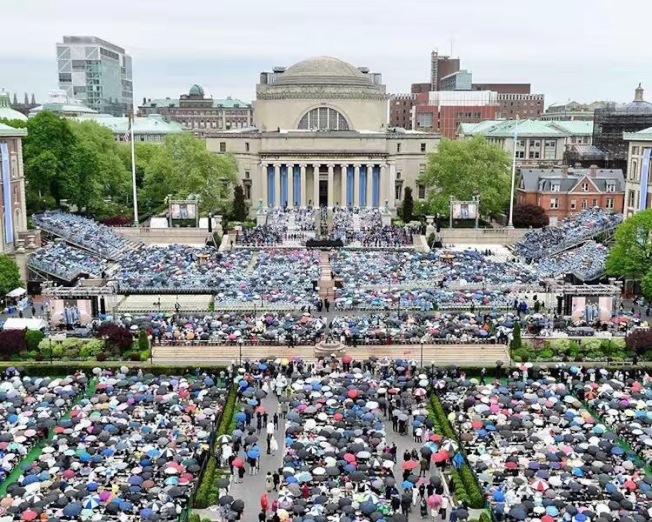 哥倫比亞大學全校畢業典禮場面宏大。(校友周蕊提供)