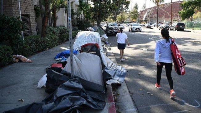 洛杉磯市議會正考慮擬定一項計畫,禁止無家可歸者在城市至少26%的特定街道和行人道休息或過夜。(洛杉磯時報)