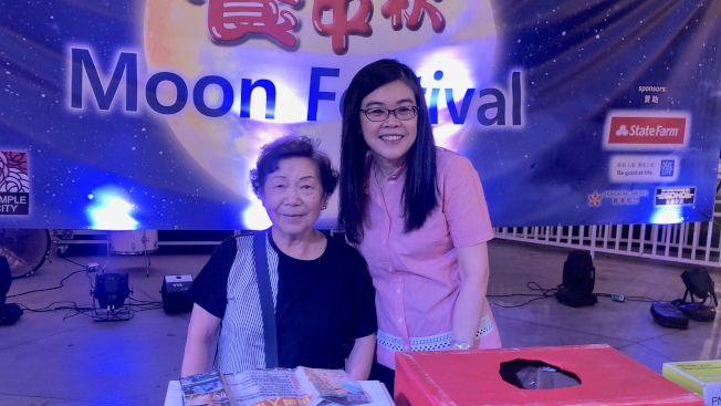 天普市居民In Leung Kit Yee(左)獲得本次頭獎,她與洛杉磯世界日報社長于趾琴合影。(記者王若然/攝影)