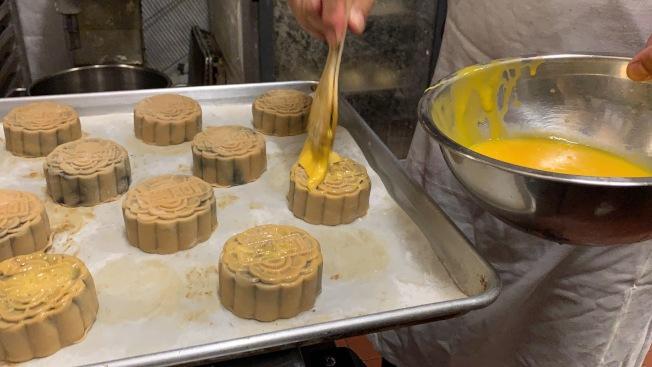 廣式月餅第四步、刷上蛋液上色,進烤箱烘烤20至25分鐘。(記者賴蕙榆/攝影)