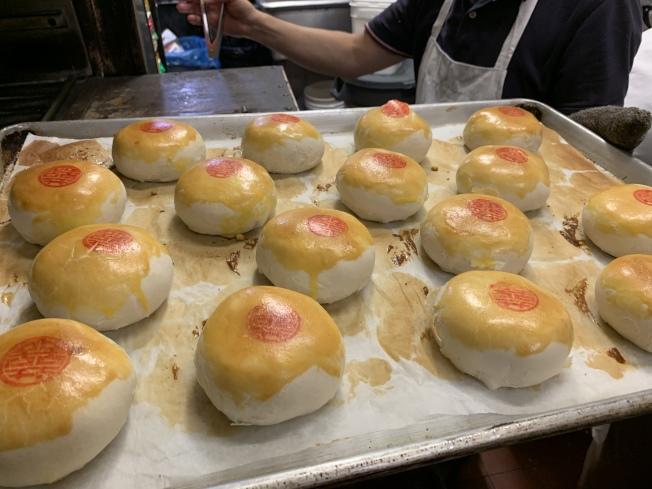 綠豆包肉月餅是傳統口味的台灣月餅。(記者賴蕙榆/攝影)