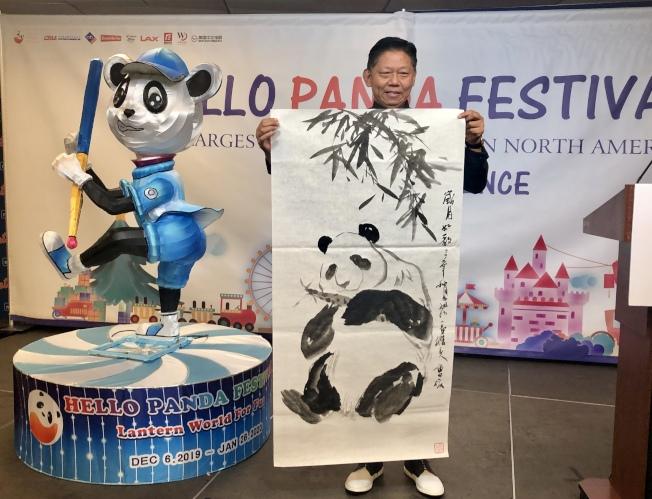 畫家曹俊現場繪畫大熊貓。(記者朱蕾/攝影)