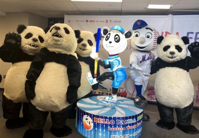 「Hello Panda Festival」發布會上,人偶大熊貓上台與大都會棒球隊吉祥物「見面」。(記者朱蕾/攝影)