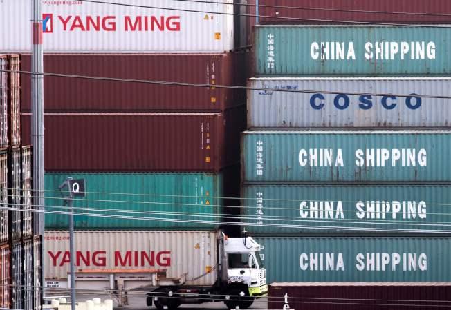 川普總統與中國的貿易戰導致美國製造業廠商的合併潮冷卻。圖為今年8月中國港口裝卸的貨櫃。(Getty Images)