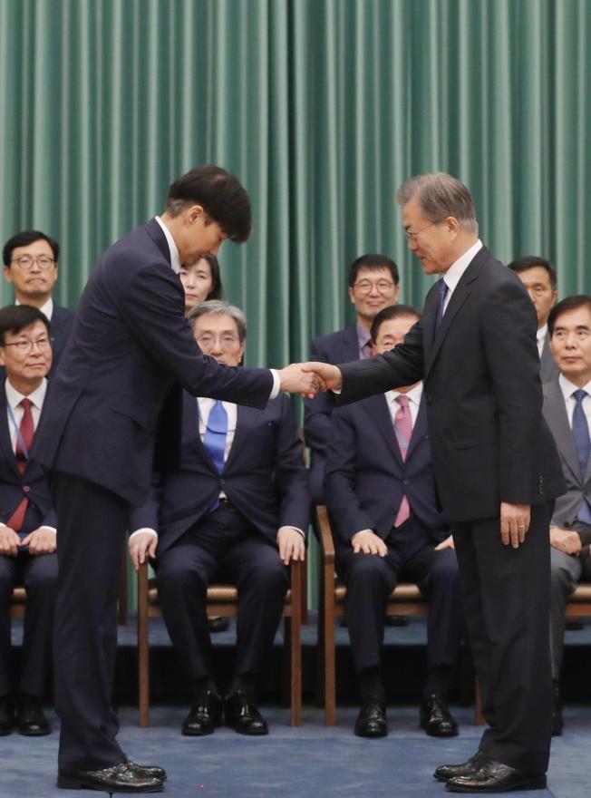 南韓總統文在寅(右)9日任命曹國(左)為法務部長。(歐新社)