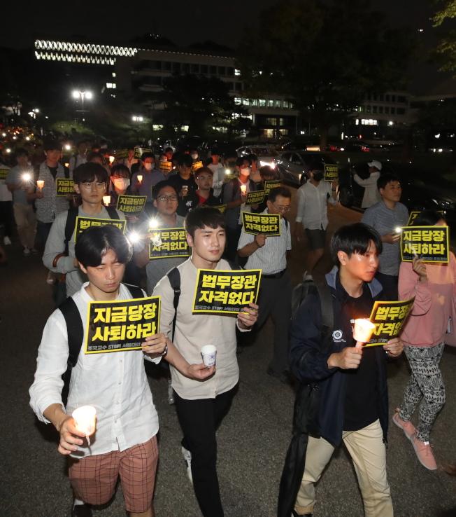 曹國9日獲任命出任南韓法務部長,首爾大學數百學生手持蠟燭抗議。 首爾大學是曹國的母校。(歐新社)