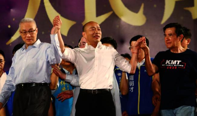 國民黨總統參選人韓國瑜8日在三重水漾公園舉辦造勢晚會,黨主席吳敦義(左)與前總統馬英九(右)站台力挺韓國瑜(中)。(記者曾原信/攝影)