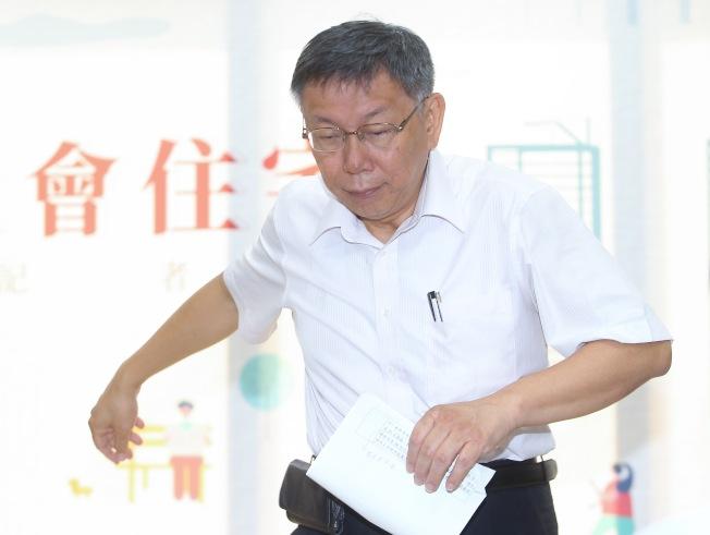 台北市長柯文哲9日出席「東明社宅招租記者會」,被問到前總統馬英九為國民黨總統參選人韓國瑜站台卻遭噓下台一事,他表示「那一幕我看到有點目瞪口呆」。(記者余承翰/攝影)