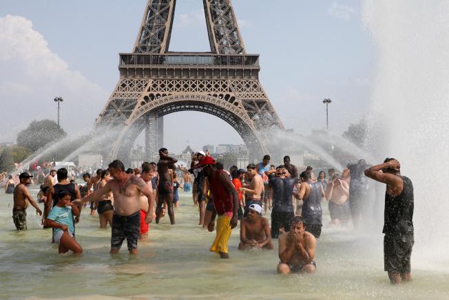 法國今年夏天異常炎熱,最高溫達到攝氏46度。(路透)
