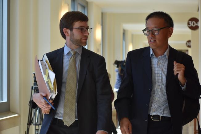 反對興建遊民導航中心居民代表李華強(右)與代表律師普拉斯出席法庭聽證會。(記者李秀蘭/攝影)