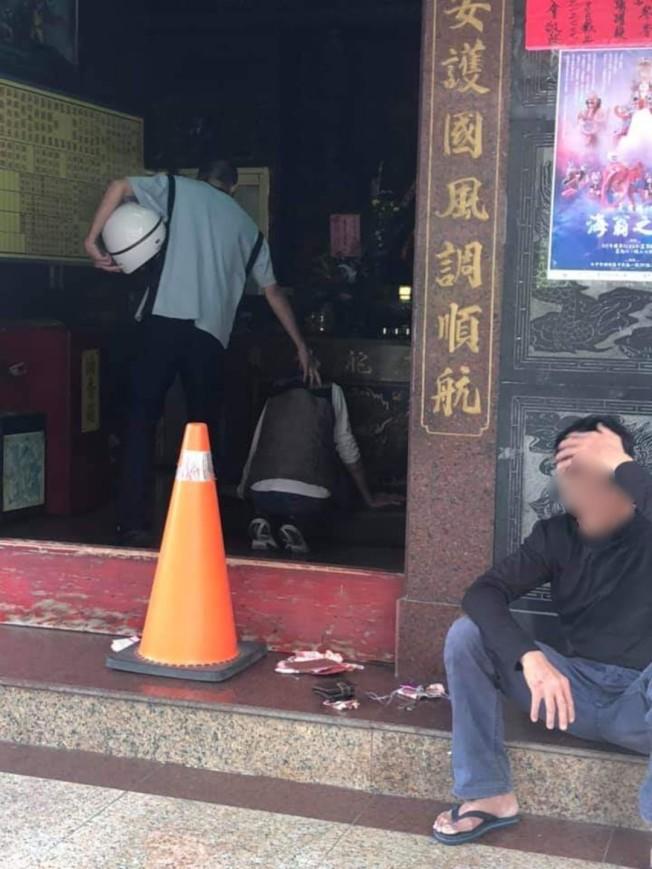 台中張姓男子日前在偷寺廟香油錢時,遭警民合力圍捕,警方押著張在神明面前道歉。(取材自臉書)