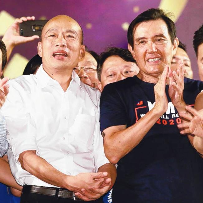 高雄市長韓國瑜(左)8日三重造勢晚會,前總統馬英九(右)站台力挺。(記者曾原信/攝影 )