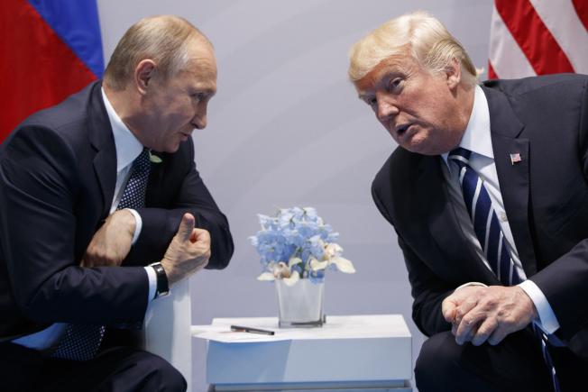 美國總統川普(右)2017年7月於德國漢堡G20高峰會期間與俄國總統普亭私下會晤。美聯社資料照片