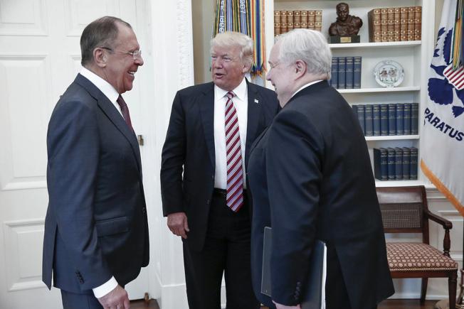 2017年5月,美國總統川普(中)在白宮會見俄羅斯外長拉夫洛夫(左)和當時的俄羅斯駐美大使基斯里亞克(右)。美聯社資料照片