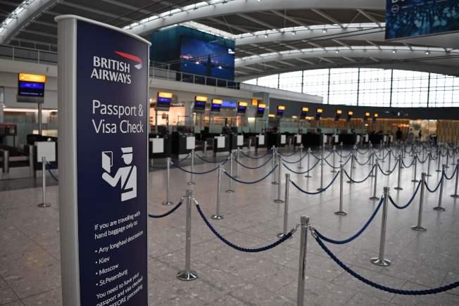 英國航空公司(British Airways, BA)機師發動前所未有的罷工行動,今天進入第2天,造成更多航班混亂,而長期存在的薪資爭議短期內也難望有解。圖為英國航空公司登機報到櫃台處。Getty Images