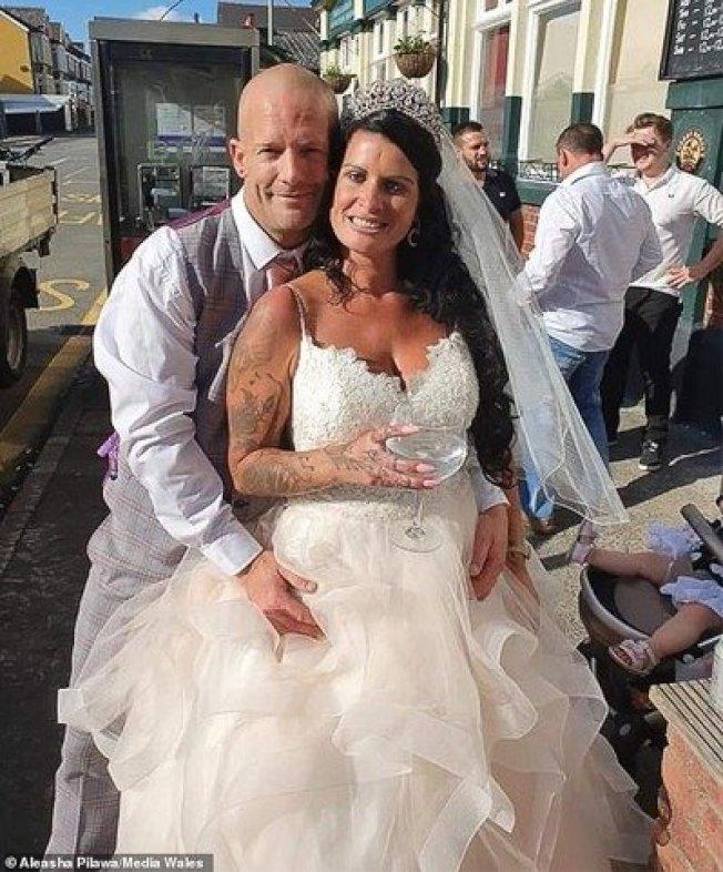 保羅的女友策劃了一場假婚禮,讓他「被求婚」成功。圖擷自每日郵報