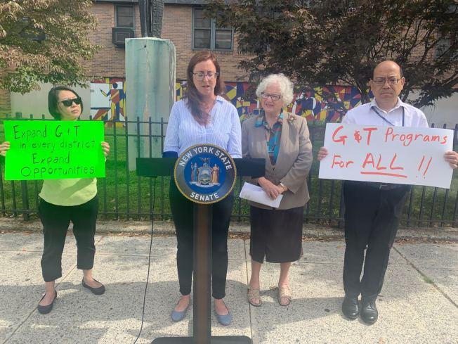 李羅莎(左二起)與史塔文斯基5日反對市府的暫停新設資優班的建議;左一為謝美兒及右一為黃友興。(記者牟蘭/設一股腦)