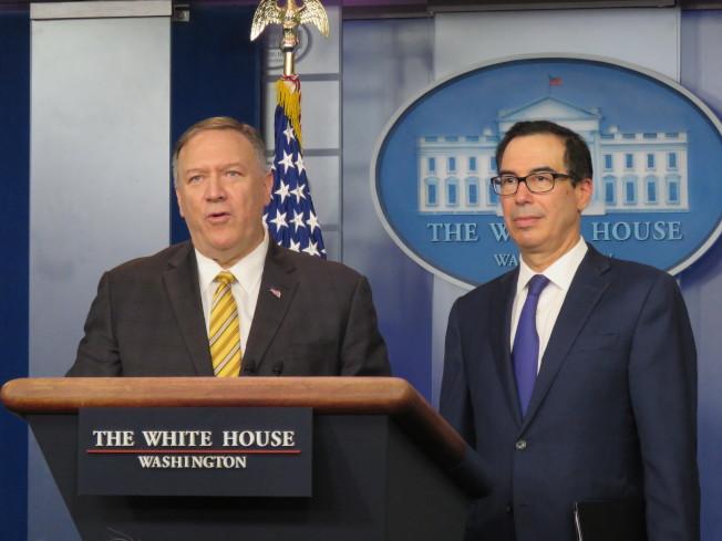 美國國務卿龐培歐(左)與財政部長米努勤10日在白宮舉行記者會,原本出席官員還有國安顧問波頓,但總統川普稍早推文宣布開除波頓,最後僅龐培歐與米努勤現身。華盛頓記者張加/攝影