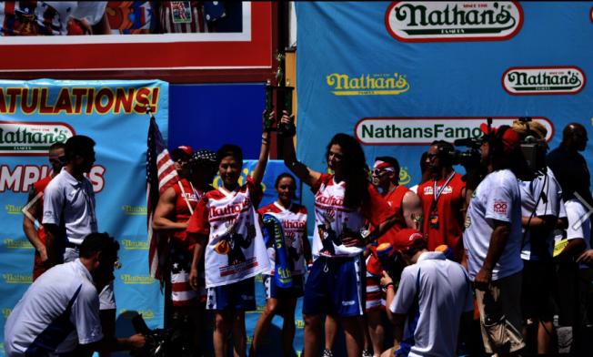 李蕙在今年康尼島國慶日吃熱狗大賽共列女子組季軍。(本報檔案照)