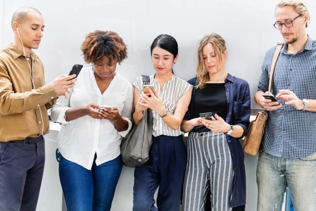 現代人依賴手機,使手機成為社交生活的一環。(Pexels)