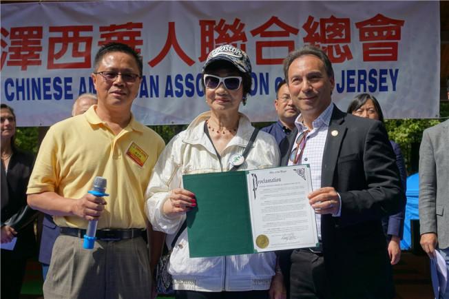 東布朗士維克市長柯恩(右)表彰林潔輝(中)。(記者謝哲澍/攝影)